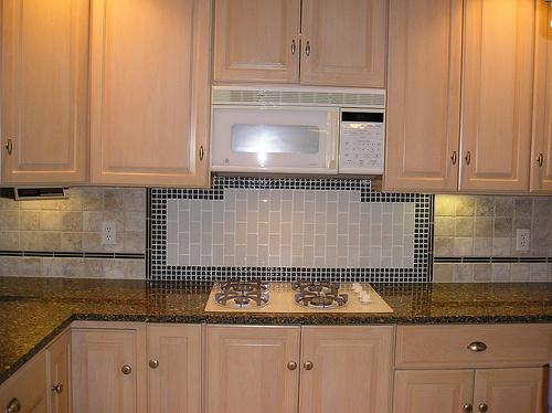 completed-glass-backsplash-behind-cooktop